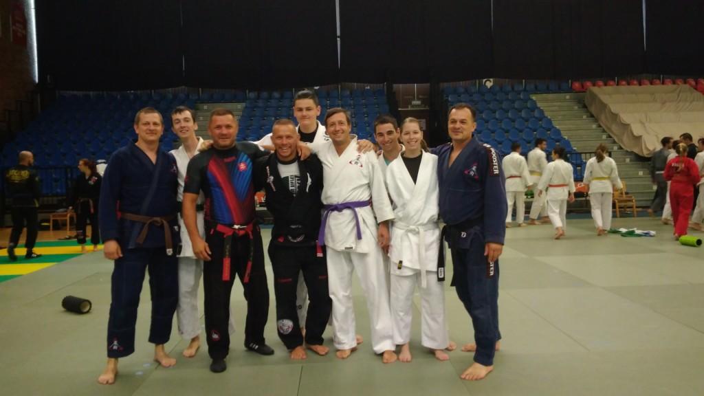 Třetí zleva Mgr. Peter SVAT, 6. DAN, Slovensko. Čtvrtý zleva Leszek JAREMKOWSKI, Black belt BJJ, Polsko.